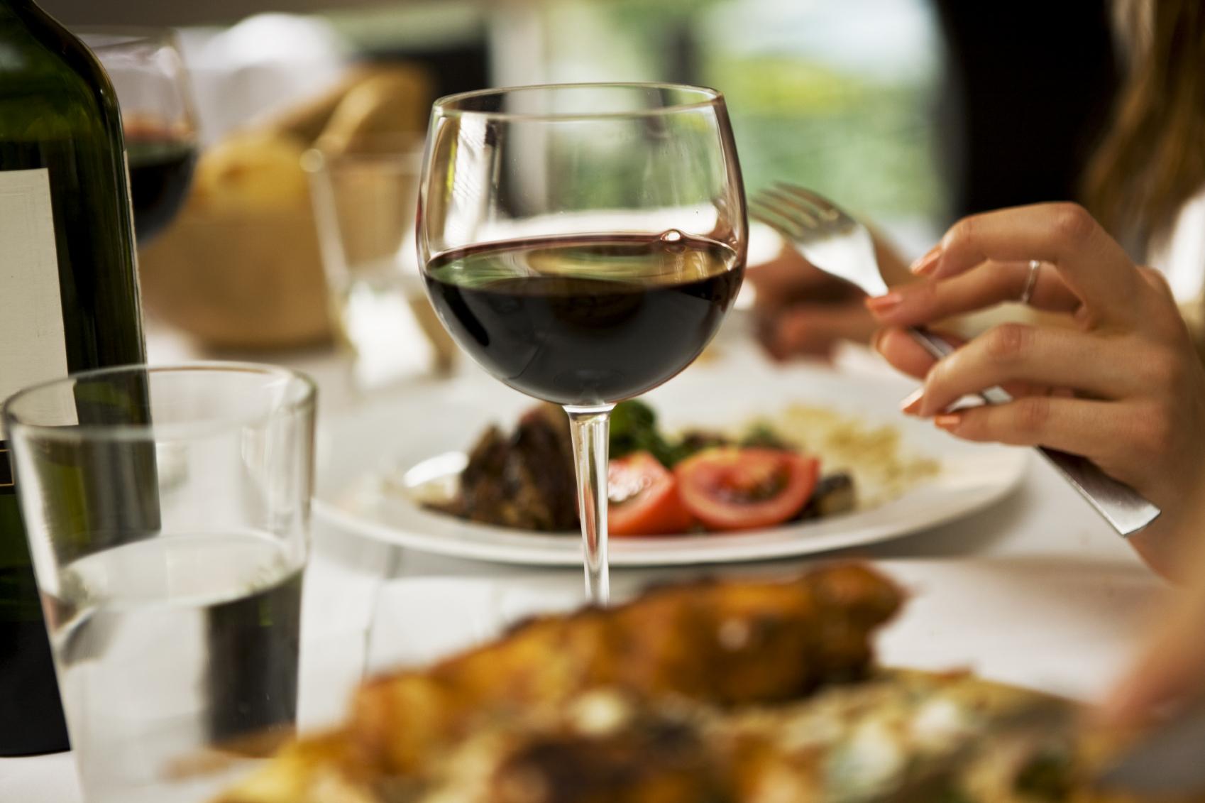 Vīna glāze trauku nomai